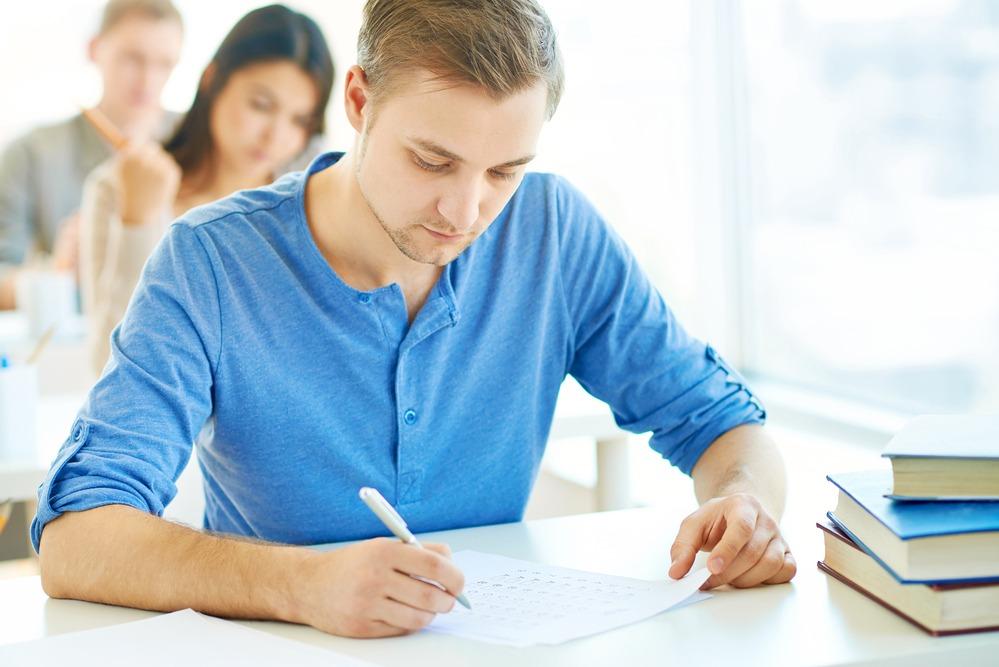 esame universitario scritto ragazzo
